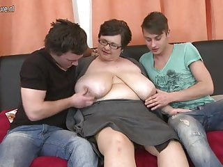 Madre BBW dal seno enorme scopa due ragazzi giocattolo