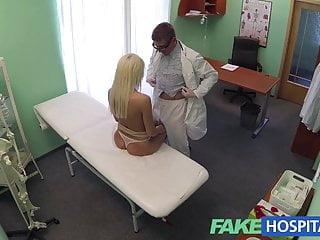 La raccomandazione dei dottori di FakeHospital ha una bionda sexy che paga t