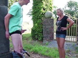 Mor och son i trädgården
