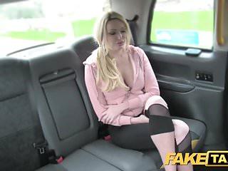 Taxi falso Mamma sexy con grandi tette succhia il cazzo