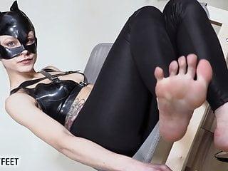 Catwoman si toglie i tacchi e ti prende in giro con i suoi piedi nudi