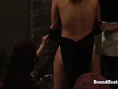Doa 2: Masturbatie voor vastgebonden lesbische slaaf met een poesje wrijvend op de grond