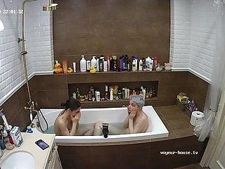 Nina et Kira baignoire a