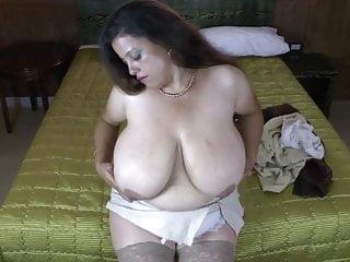 Mamma latina matura con tette ENORMI naturali
