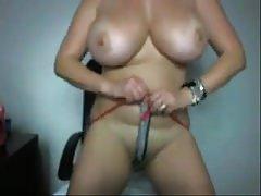 Dögös titkárnő anyuka maszturbál a kamera előtt