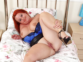 Chunky milf Diamond from the UK smashes herself