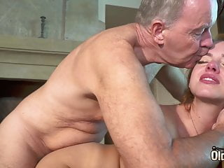 Mladá samička nemá problém trtkať so starým mužom