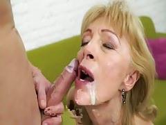 Középkorú anyuka szereti a fia spermáját az arcán