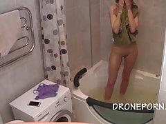Adolescente magro nella vasca da bagno