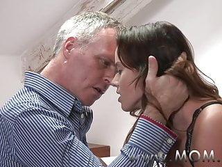 MAMMA Bruna MILF fa piacere al suo uomo