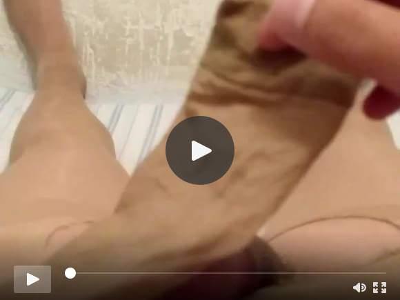 Masturbazione con la mano con un calzino di nylon e collant