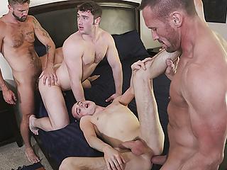 Ocko si so synmi užíva gay orgie