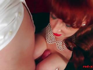 La sexy MILF Red prende un carico enorme sulle sue tette