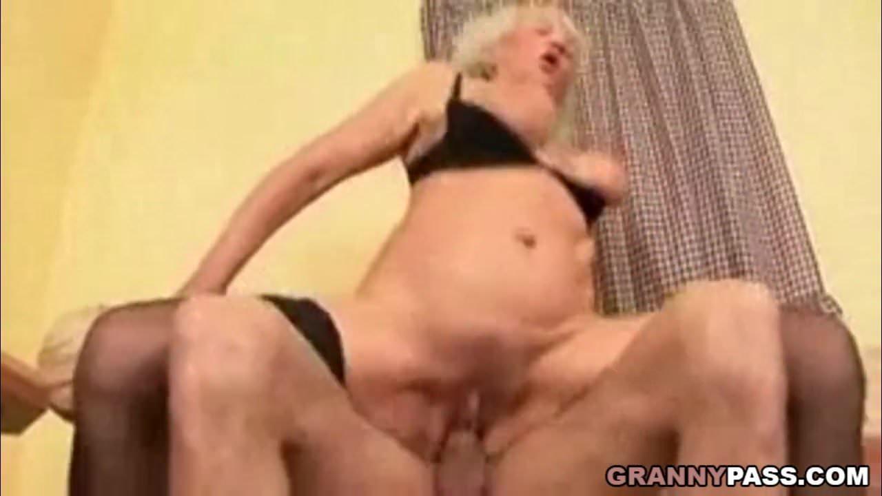 Fia kemény farkát lovagol az őszülő anyuka szex videó