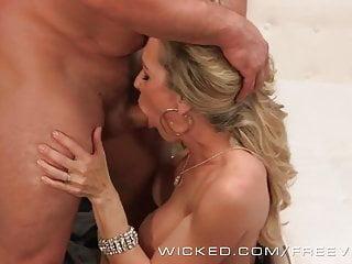 La milf sexy malvagia Brandi Love prende un grosso carico