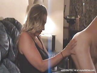 alla milf piace giocare con un ragazzo nudo