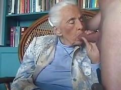 92 éves nagymama leszopja a gyereke farkát