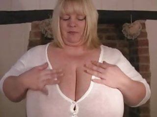 Huge mature tits plays with herself...
