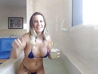Gostosa tomando banho de banheira e tomando uma caipirinha