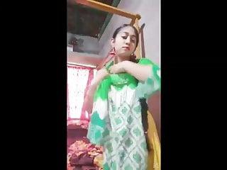 मेरे बॉस ने स्तन चूसने के दौरान मेरी पत्नी को धोखा देते हुए एक वीडियो बनाया