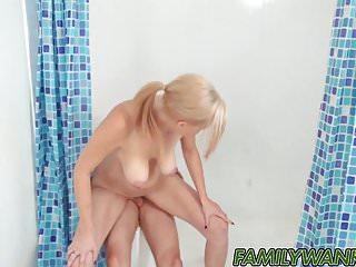 La mia calda matrigna succhia e cavalca il mio cazzo in bagno