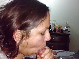 मेरी प्रेमिका मुझे बाथरूम में कठोर स्तन दिखा रही है