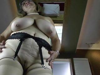 Viziosa nonna con tette cadenti molto grandi