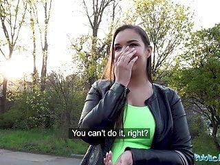 L agente pubblico Sofia Lee ha scopato accanto a un binario del treno dal vivo