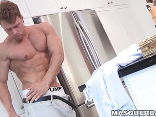 Muscular ripped homo flexes his muscles while jacking off