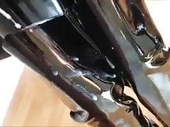 videuse de couilles en latex et cuissardes Porn Videos