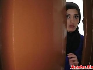La bellezza amatoriale araba martellava in contanti