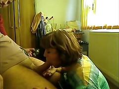 Kiéhezett anyuka szopja fia farkát