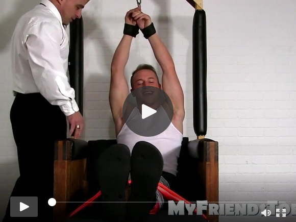 Legato sotto i piedi gay solleticati dal suo pervertito padrone del sesso