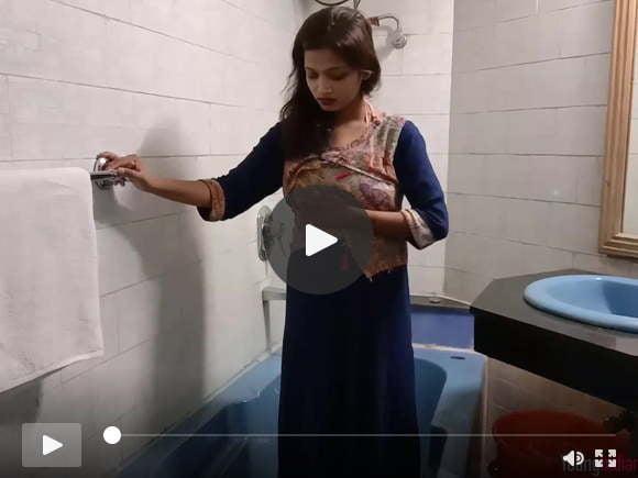 शावर में बड़े उल्लू के साथ भारतीय किशोर सारिका