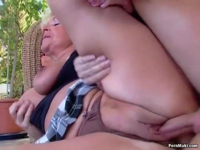 Anyuka szereti ha a fia dugja meg a szőrtelen pináját