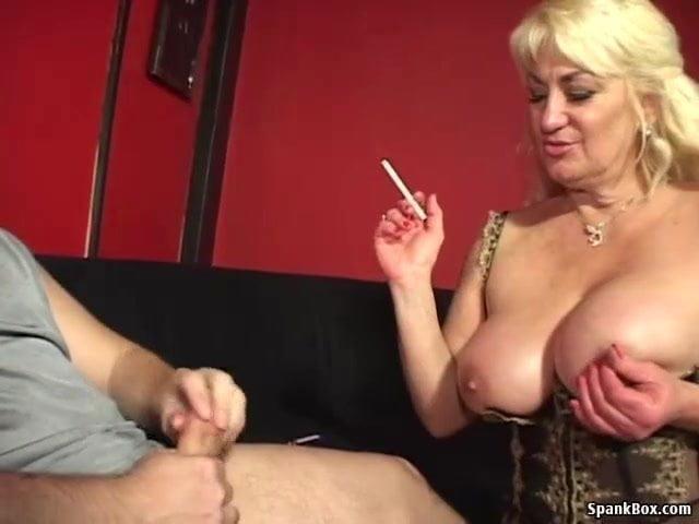 Nagycicis anyuka a fia farkát szopta ki cigizés közben szex videó