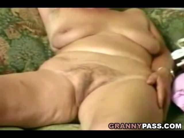 Középkorú anyuka a fia előtt maszturbált a szőrös pinájával szex videó