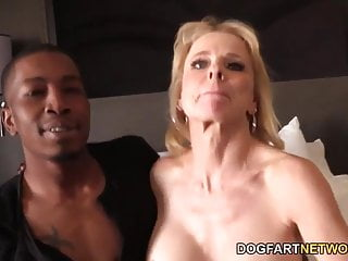 Cammille ottiene la sua figa Cougar sbattuta da ragazzi neri