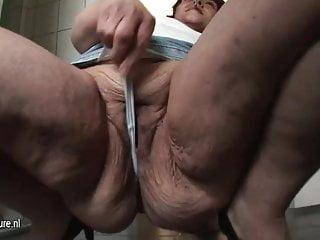 Decrepita vecchia vagina e culo di vecchia puttana fumante