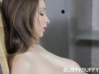 Teenager tettona Buffy si massaggia la figa di juggs