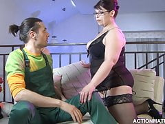 Juicy mom stuck to the plumber