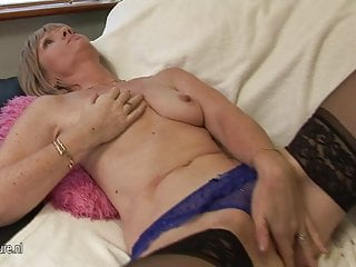 British mature slut loves to show her lovebox to you