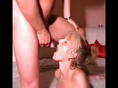 Tanárnő anyuka szereti meginni a férje pisijét