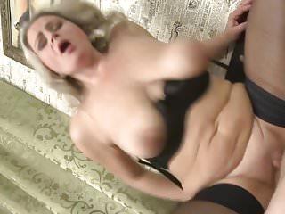 Mamma sexy con tette cadenti ottiene sesso tabù