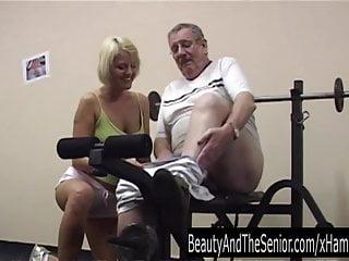 Procace bionda adolescente succhia un vecchio gallo in palestra
