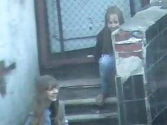 Két tini a lépcsőre pisil szex videó