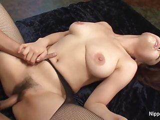Piccola asiatica bomba vuole che la sua figa pelosa si riempia di sperma