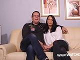 Stiefpapa bumst seine Tochter und Mama geilt sich dran auf
