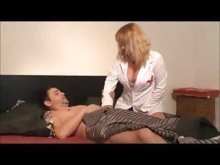 Infirmiere au chevet du patient