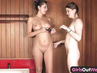 Girls Out Il buco del culo lesbica dell Australia occidentale viene giocato duro